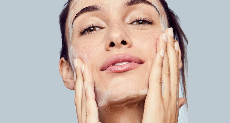 Жена, която почиства лицето си старателно