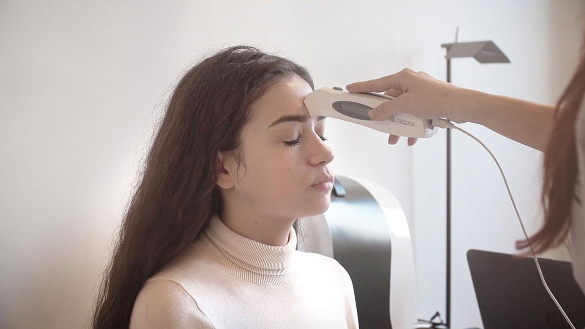 Проверка на кожата по време на годишен скинчек