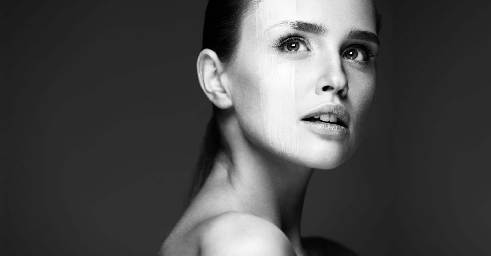 Млада жена с черно-бял филтър