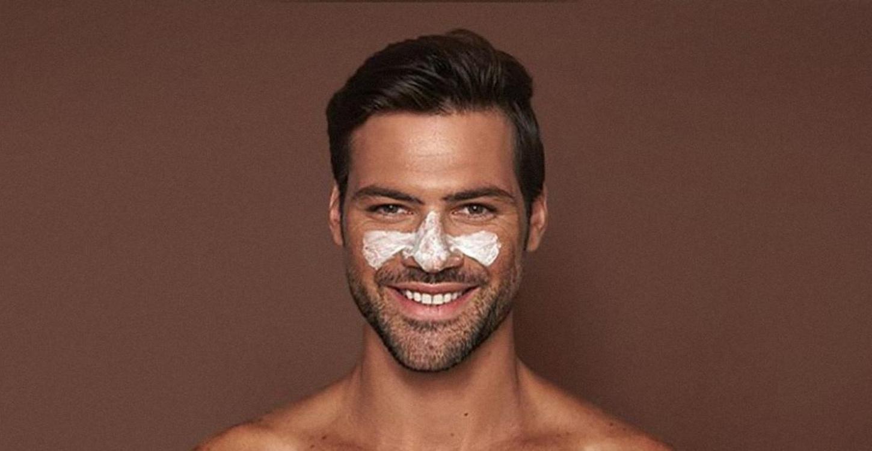 Мъж с крем на лицето
